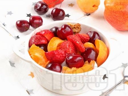 Плодова салата с череши, вишни и ягоди с цедено кисело мляко и ванилия - снимка на рецептата